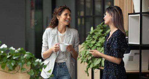 conversazione colleghe donne lavoro