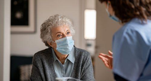 signora anziana infermiera mascherina